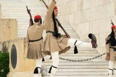 雅典,希腊, 2015年5月30日 Evzones在希腊的议会的前面卫兵变动 库存图片