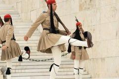 雅典,希腊, 2015年5月30日 Evzones在希腊的议会的前面卫兵变动 免版税库存照片