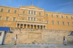 雅典,希腊-守卫无名英雄墓的Evzone在雅典在正式的制服穿戴了 免版税库存图片