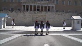 雅典,希腊- 11 04 2018年:在礼仪义务守卫在议会宫殿 纪念死的所有那些希腊战士 股票视频
