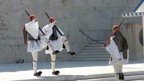 雅典,希腊2016年9月,4日:前进在希腊议会的三卫兵 影视素材
