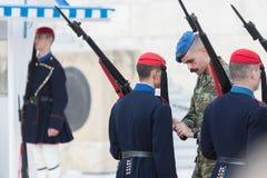 雅典,希腊- 2017年10月24日:在坟茔前面的Evzones 库存图片