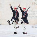 雅典,希腊- 2017年10月24日:在坟茔前面的Evzones 免版税库存照片