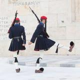 雅典,希腊- 2017年10月24日:在坟茔前面的Evzones 图库摄影