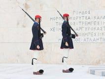 雅典,希腊- 2017年10月24日:在坟茔前面的Evzones 库存照片