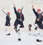 雅典,希腊- 2017年10月24日:在坟茔前面的Evzones 免版税库存图片