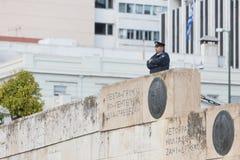 雅典,希腊- 2017年10月24日:在坟茔o前面的警察 库存照片