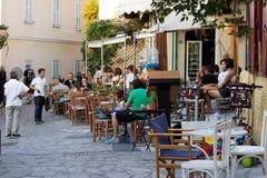 雅典,希腊- 2017年7月08日:坐在咖啡店的人们 免版税库存照片