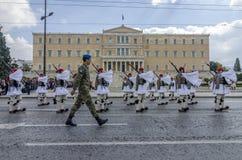 雅典,希腊- 2013年3月17日:礼仪改变在希腊议会前面的总统护卫队 库存图片