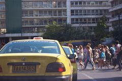 雅典,希腊- 2017年7月12日:雅典-行人交叉路拥挤的街,当等待在红绿灯时的汽车;从t的看法 免版税库存照片