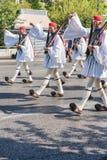雅典,希腊- 2018年9月16日:Evzones -守卫希腊坟茔希腊军队的历史精华单位 免版税库存图片