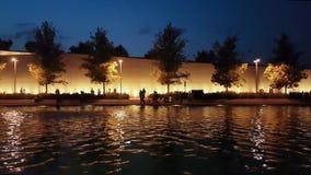 雅典,希腊2017年9月10日 许多地方人民和游人参观的斯塔夫罗斯Niarchos现代大厦 看法在夜之前 影视素材