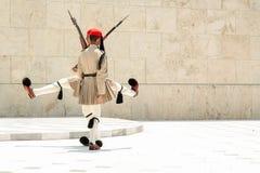 雅典,希腊- 2012年7月06日- Evzones,总统护卫队的希腊士兵滑稽的舞蹈在充分的制服的,在期间 免版税库存照片