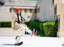 雅典,希腊- 2016年6月06日:严肃的evzones照片在fron的 免版税库存图片