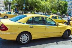雅典,希腊- 2009年6月08日:传统黄色出租汽车汽车在 库存图片