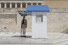 雅典,希腊- 2016年8月06日:在希腊议会正方形的一个总统护卫队 库存图片