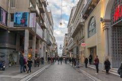 雅典,希腊- 2017年1月20日:在Monastiraki广场,雅典,希腊附近的典型的街道 免版税库存图片