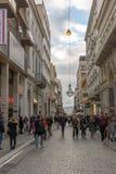 雅典,希腊- 2017年1月20日:在Monastiraki广场,雅典,希腊附近的典型的街道 库存图片