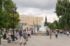 雅典,希腊- 2015年5月30日:每天生活在有游人和当地人民的Sintagma雅典 库存图片