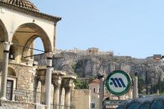 雅典,希腊- 2016年8月06日:雅典在Monastiraki地铁车站的地铁标志 免版税图库摄影