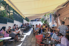 雅典,希腊2015年9月13日 为游人和当地人服务的美丽的Plaka咖啡店在一个晴天 免版税库存照片