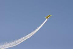 雅典,希腊2015年9月13日 做把戏在天空的飞行员飞机在雅典飞行星期飞行表演 免版税库存图片