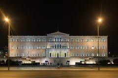 雅典,希腊2015年11月11日 在希腊的议会的前面夜交通 免版税图库摄影