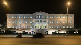雅典,希腊2015年11月11日 在希腊的议会的前面夜交通 股票录像