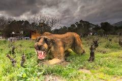雅典,希腊2016年1月17日 在恐龙公园的史前动物sabertooth画象在希腊 库存图片