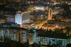 雅典,希腊2015年11月4日 夜行动弄脏了交通在雅典反对城市光 库存照片