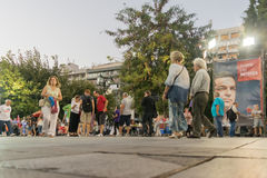 雅典,希腊2015年9月18日 走在Sintagma方形的等待的阿列克西斯・齐普拉斯公众讲话的人们 库存照片