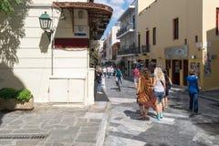 雅典,希腊2015年9月13日 雅典Plaka街道在与游人购物的一个美好的晴天 库存图片