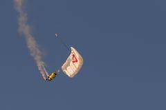 雅典,希腊2015年9月13日 雷克斯做他的特技展示的彭伯顿在落从天空的雅典 库存图片