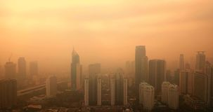 雅加达镇空中风景以烟雾 股票视频