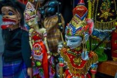 雅加达,印度尼西亚:传统印度尼西亚手工制造雕塑,五颜六色和剧烈的设计,普遍在游人中 库存照片