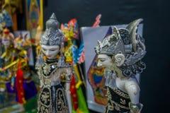 雅加达,印度尼西亚:传统印度尼西亚手工制造雕塑,五颜六色和剧烈的设计,普遍在游人中 免版税图库摄影