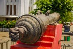 雅加达,印度尼西亚:大老教规作为被看见的被安置的外部雅加达历史博物馆,大金属桶坐红色 库存图片