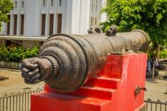 雅加达,印度尼西亚:大老教规作为被看见的被安置的外部雅加达历史博物馆,大金属桶坐红色 图库摄影
