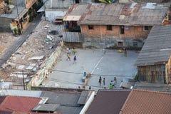 雅加达,印度尼西亚-大约2015年10月:孩子在雅加达贫民窟打比赛 库存图片