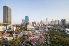 雅加达,印度尼西亚-大约2015年10月:雅加达,对比城市贫民窟和摩天大楼  库存照片