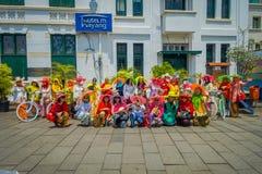 雅加达,印度尼西亚- 2017年3月3日, :穿传统印度尼西亚服装,一些的小组非常五颜六色的妇女与 图库摄影