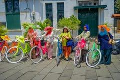 雅加达,印度尼西亚- 2017年3月3日, :穿传统印度尼西亚服装,一些的小组非常五颜六色的妇女与 免版税库存照片