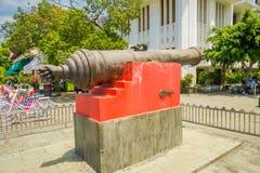 雅加达,印度尼西亚- 2017年3月3日, :大老教规作为被看见的被安置的外部雅加达历史博物馆,大金属桶 免版税库存照片