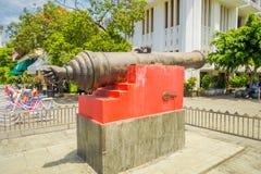 雅加达,印度尼西亚- 2017年3月3日, :大老教规作为被看见的被安置的外部雅加达历史博物馆,大金属桶 库存图片