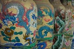 雅加达,印度尼西亚- 2017年5月06日:与五颜六色的龙的传统印度尼西亚陶瓷启发了对此绘的艺术 库存图片