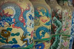 雅加达,印度尼西亚- 2017年5月06日:与五颜六色的龙的传统印度尼西亚陶瓷启发了对此绘的艺术 免版税库存照片