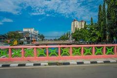 雅加达,印度尼西亚- 2017年5月06日:从显示一些居民楼在距离,美丽的蓝色的小桥梁的看法 免版税库存照片
