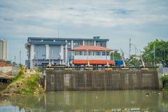 雅加达,印度尼西亚- 2017年5月06日:位于城市邻里的更小的水水力发电厂 免版税库存照片
