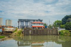 雅加达,印度尼西亚- 2017年5月06日:位于城市邻里的更小的水水力发电厂 图库摄影