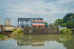 雅加达,印度尼西亚- 2017年5月06日:位于城市邻里的更小的水水力发电厂 库存照片